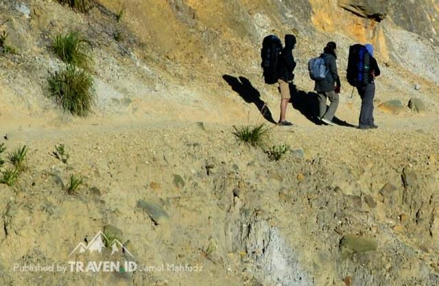 Menikmati Pendakian Gunung Papandayan di Garut (10536)
