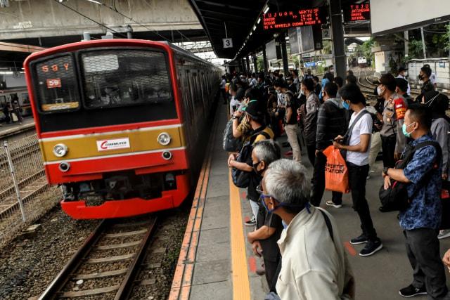 Penumpang KRL Senin Pagi Capai 108.916, Antrean di Stasiun Tertib (90267)
