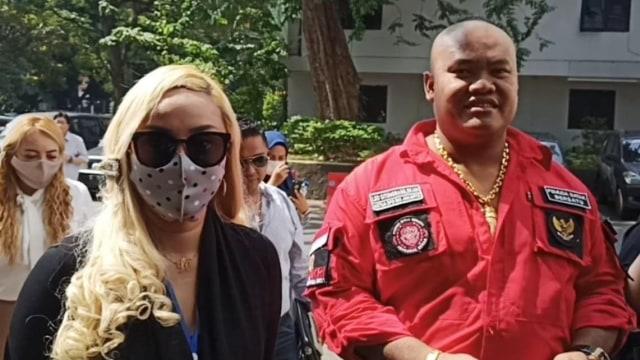 Lia Ladysta dan kuasa hukumnya di Polda Metro Jaya