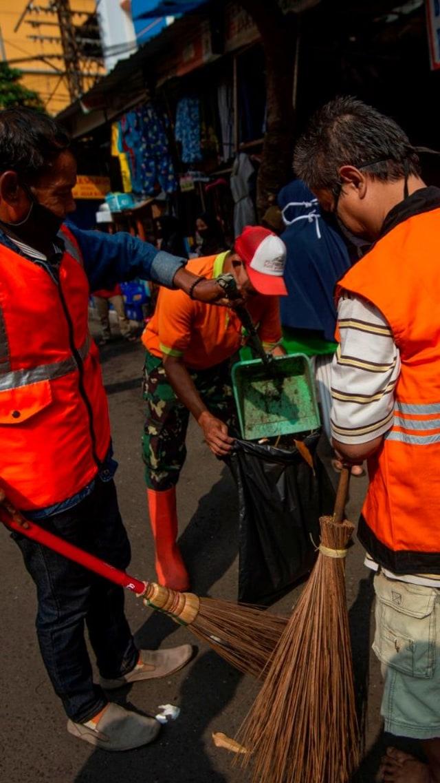 Penindakan Hari ke-3 PSBB DKI: Puluhan Orang Nyapu Jalan; 23 Restoran Ditutup (966707)