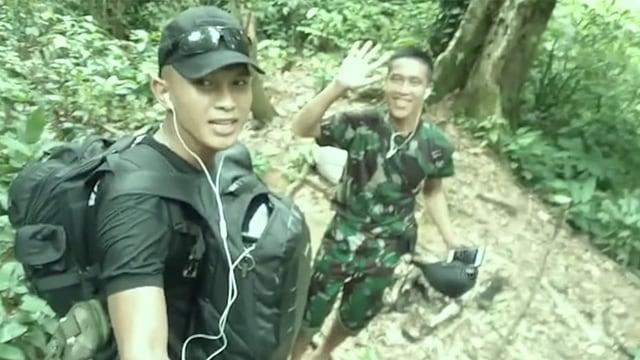 Prajurit TNI Jalan Kaki 9 Jam demi Jenguk Orang Tua Sakit di Hutan Belantara (101870)