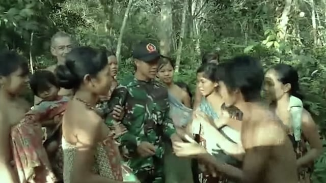Prajurit TNI Jalan Kaki 9 Jam demi Jenguk Orang Tua Sakit di Hutan Belantara (101871)