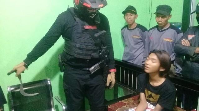Tim Jaguar Amankan 2 Remaja yang Akan Duel Pakai Celurit karena Rebutan Pacar (10088)
