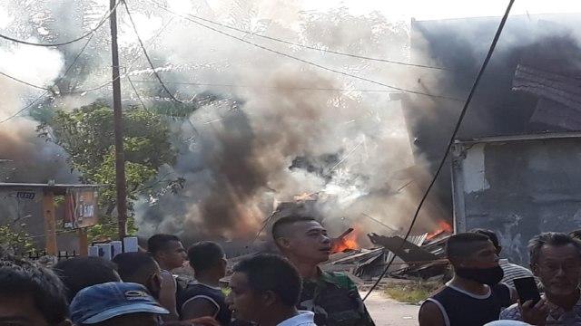 Pesawat Tempur yang Diduga Milik TNI AU Jatuh di Permukiman Warga di Riau (158584)