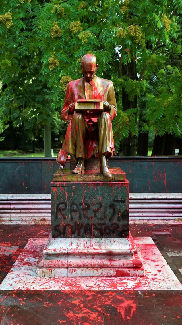 Foto: Patung Wartawan Italia Jadi Sasaran Aksi Vandalisme (128950)