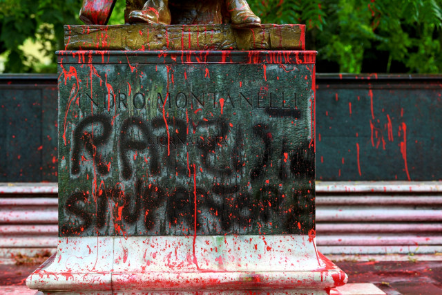 Foto: Patung Wartawan Italia Jadi Sasaran Aksi Vandalisme (128952)