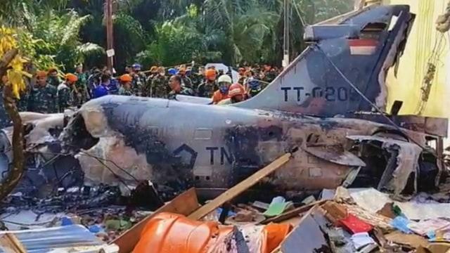 Foto: Evakuasi Bangkai Pesawat Hawk yang Jatuh di Riau (109745)