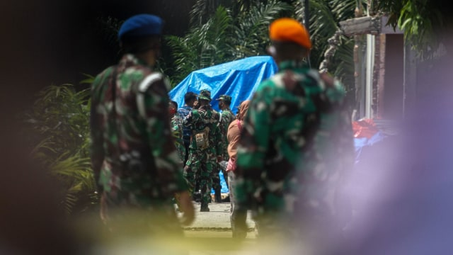 Foto: Evakuasi Bangkai Pesawat Hawk yang Jatuh di Riau (109743)