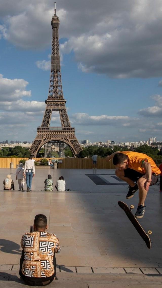 Pria Ini Lamar Kekasih saat Menara Eiffel Dibuka Lagi Usai Lockdown (33313)
