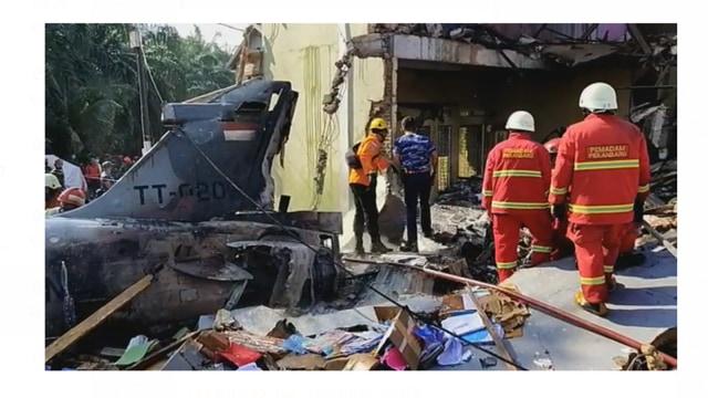 Penjual Lontong Masih Trauma Dengar Deru Pesawat Melintas di Atas Rumah (390601)
