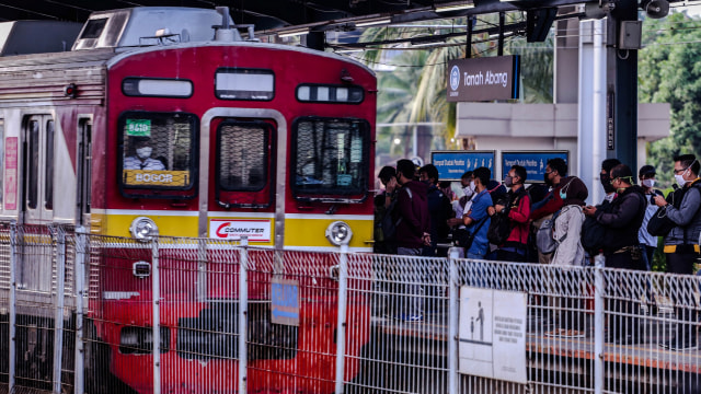 PT KCI: Jumlah Penumpang KRL di 3 Stasiun Meningkat Senin Pagi  (1155118)