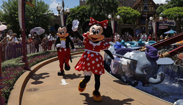 Disneyland California Kembali Dibuka Usai Tutup Setahun Akibat Pandemi COVID-19 (302157)