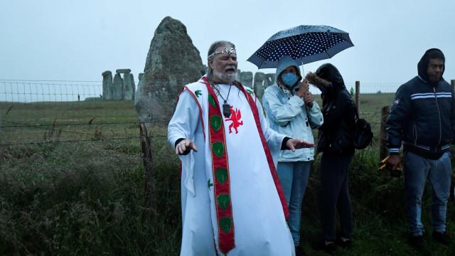 Warga Inggris Nekat Datang ke Stonehenge untuk Rayakan Titik Balik Matahari (47067)