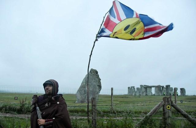 Warga Inggris Nekat Datang ke Stonehenge untuk Rayakan Titik Balik Matahari (47069)