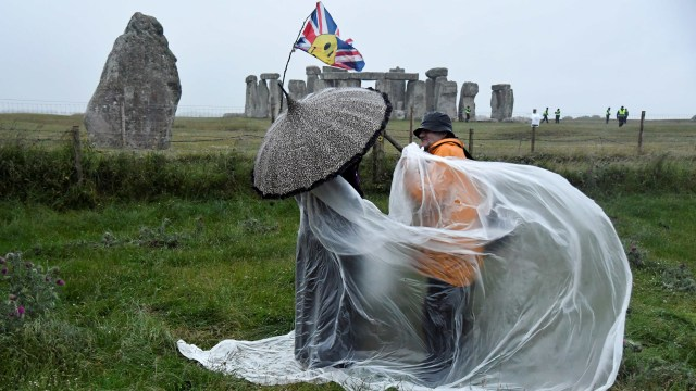 Warga Inggris Nekat Datang ke Stonehenge untuk Rayakan Titik Balik Matahari (47068)