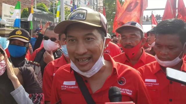 Massa PDIP berunjuk rasa di Mapolres Metro Jakarta Timur.
