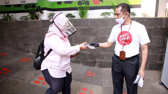 Pembagian masker di Stasiun Sudirman