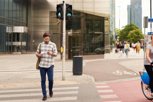 Ilustrasi orang berjalan sambil bermain smartphone