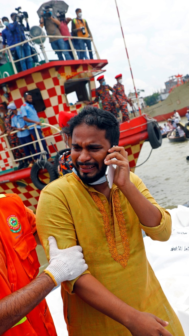 Foto: Isak Tangis Sambut Jenazah Korban Ferry Tenggelam di Bangladesh (1150)