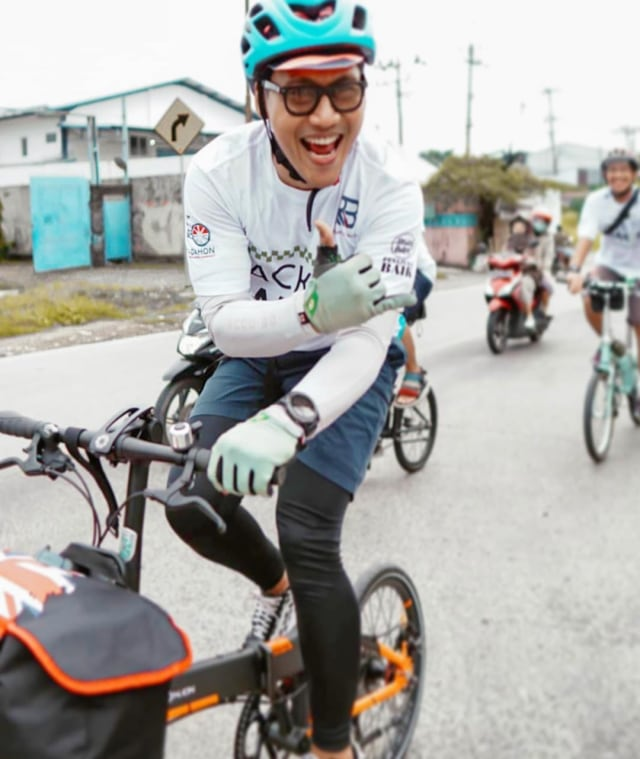 5 Artis Pria yang Hobi Bersepeda - kumparan.com