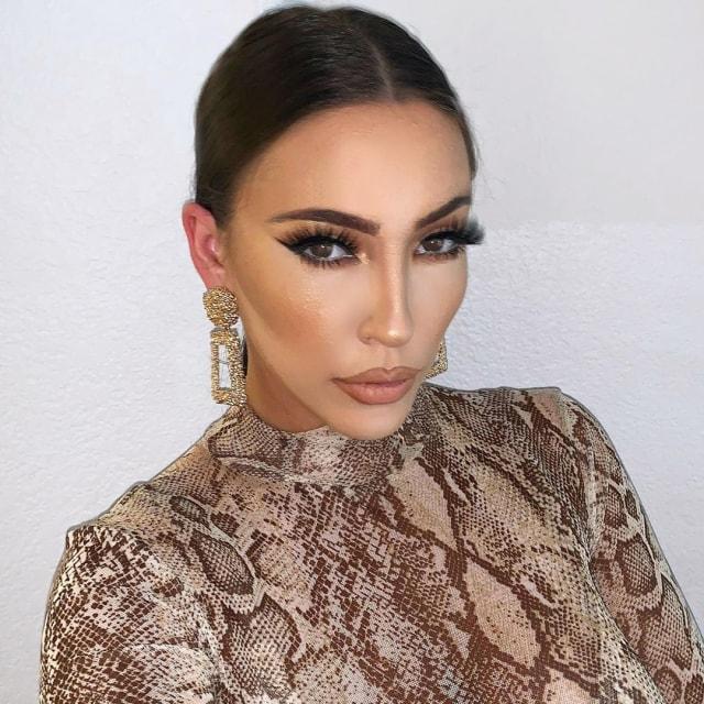 Viral Perempuan AS Rela Dandan 6 Jam Setiap Hari Agar Mirip Kim Kardashian (78170)