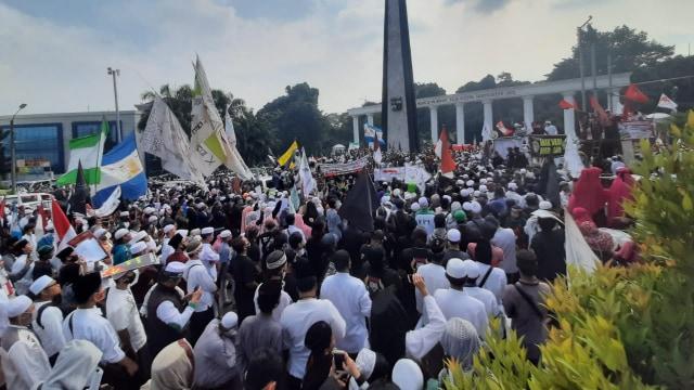 Di Tengah Pandemi, Massa Padati Tugu Kujang Bogor, Demo Tolak RUU HIP (150407)