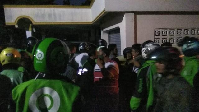 Pria Penendang Ojol: Didatangi Massa, Dicokok Polisi (5831)