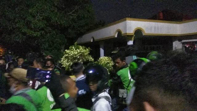 Pria Penendang Ojol: Didatangi Massa, Dicokok Polisi (5832)