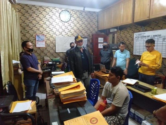 Pria Penendang Ojol: Didatangi Massa, Dicokok Polisi (5833)