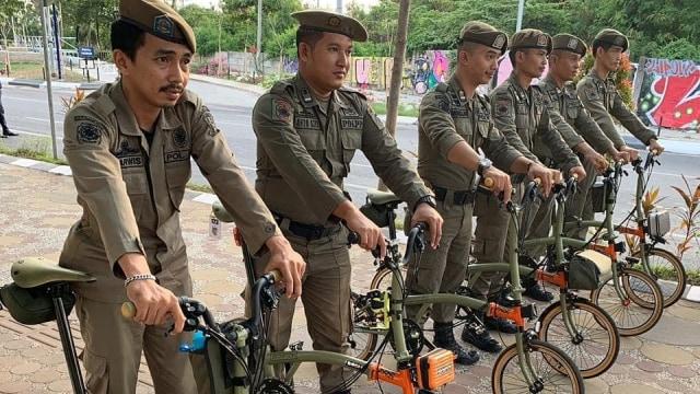 Viral Pasukan Satpol PP di Makassar Berfoto dengan Sepeda Brompton  (149296)