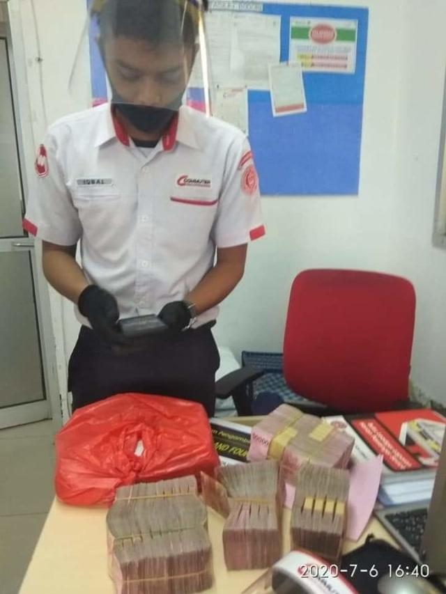 petugas keberishan temukan uang Rp 500 juta di KRL Stasiun Bojong gede