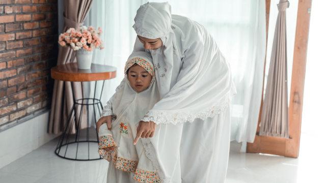 Parenting Islami: Hukum Menggendong Anak saat Salat (364871)
