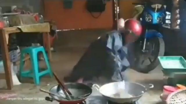 Goreng Cireng Serasa Jinakkan Bom, Kelakuan Pria Antisipasi Cipratan Minyak  (29936)
