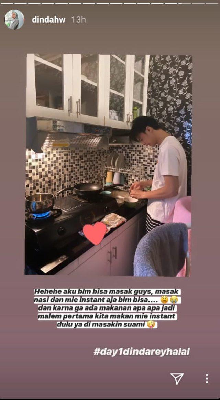 Makan Mie Instan Bareng Suami di Malam Pertama, Dinda Hauw Akui Belum Bisa Masak (2)