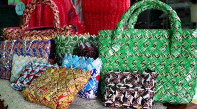 Inovasi Ramah Lingkungan Daur Ulang Sampah Plastik Menjadi Tas Dan Dompet Kumparan Com