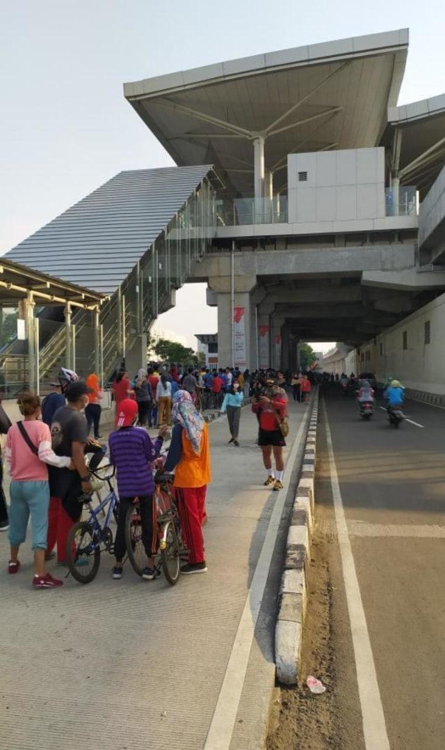 Antrean Pesepeda di Velodrome Rawamangun Mengular dan Rapat, Warga Putar Balik (221950)