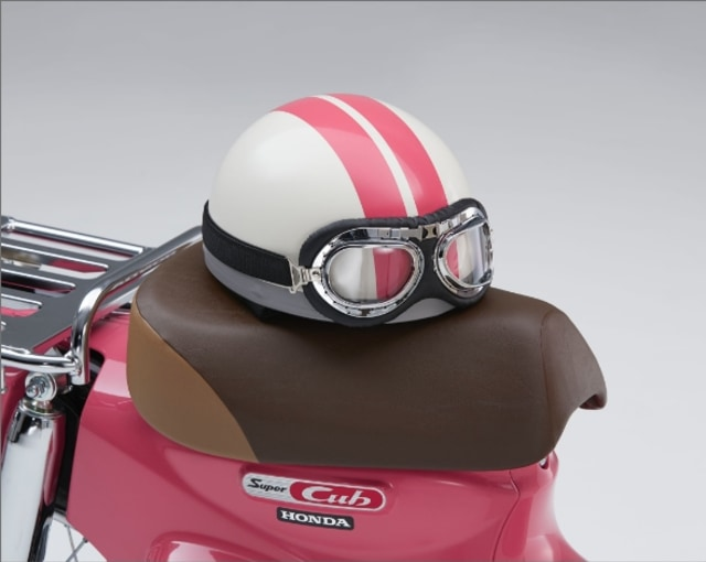 Sistem pre-order ini akan disertakan dengan bonus helm berwarna putih dengan dua garis pink yang juga terinspirasi dari helm Natsmui, dan perlu diingat kalau Honda akan membuat versi ini terbatas.