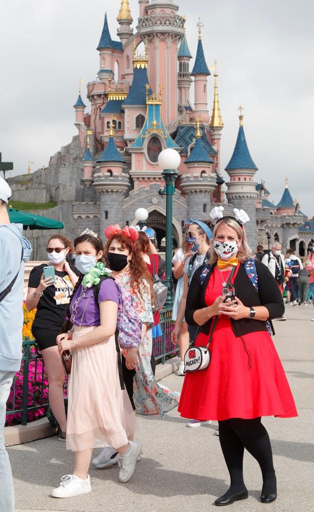 Disneyland Kembali Wajibkan Pengunjung Pakai Masker di Area Indoor (319258)