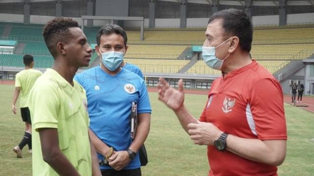 Iwan Bule Sambangi Latihan Timnas U-16 di Stadion Patriot (1086073)