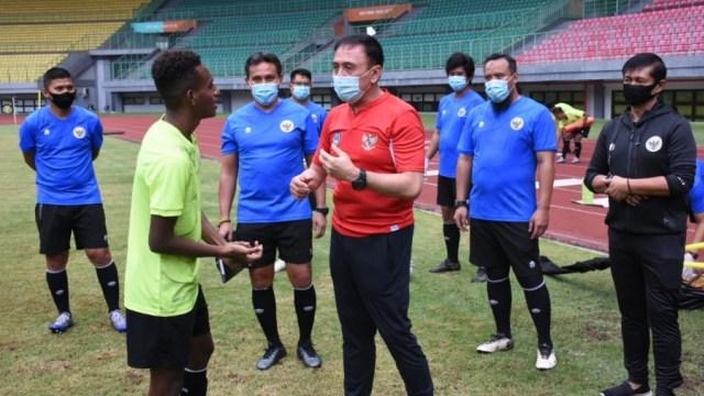 Iwan Bule Sambangi Latihan Timnas U-16 di Stadion Patriot (1086071)