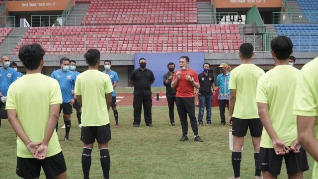 Iwan Bule Sambangi Latihan Timnas U-16 di Stadion Patriot (1086072)