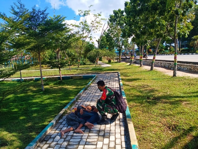 TNI AD Tertibkan Gepeng di Taman Hijau Karimun (29201)