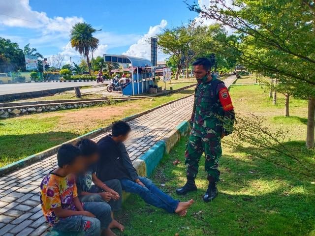TNI AD Tertibkan Gepeng di Taman Hijau Karimun (29202)