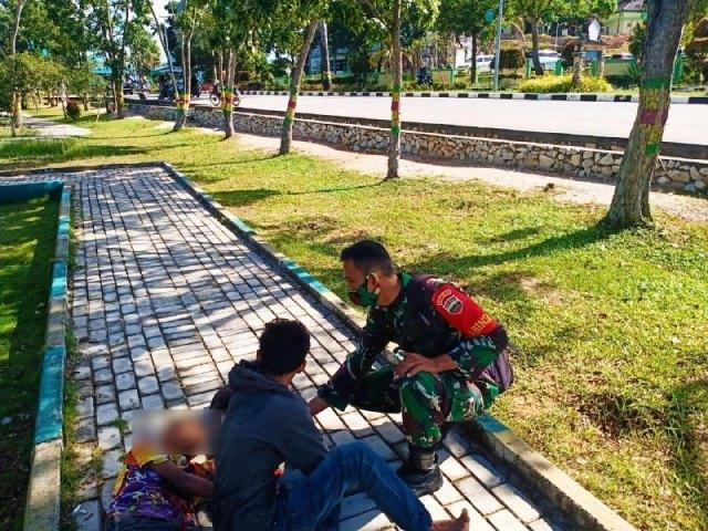 Tertidur di Taman Hijau, Dua Anak Kaget Dibangunkan Babinsa Karimun (85767)