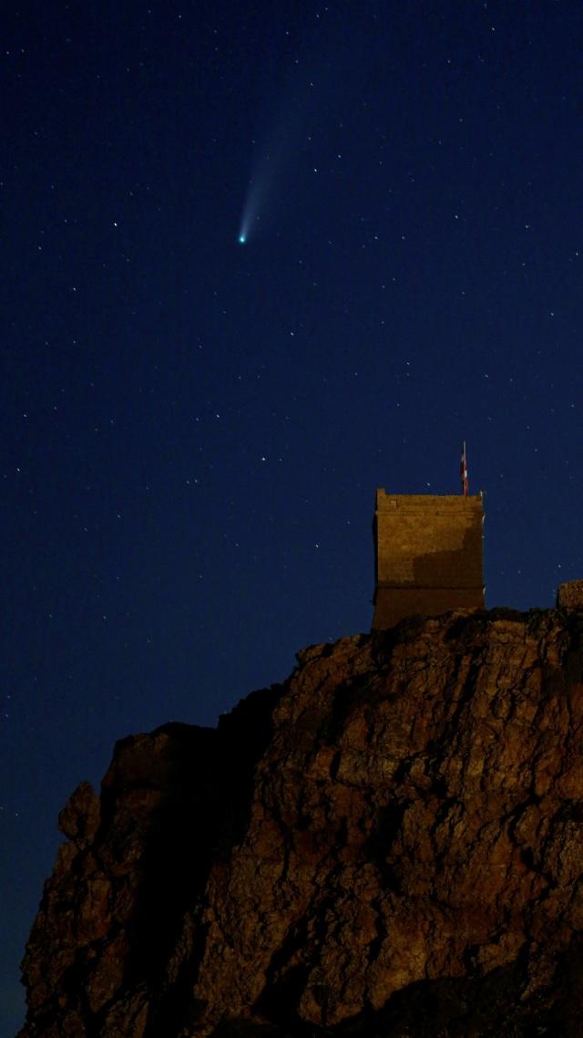 Foto: Penampakan Komet Neowise Ekor Panjang di Pantai Malta (23936)