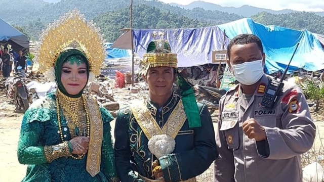 Viral Sepasang Kekasih Korban Banjir Bandang Luwu Utara Menikah di Pengungsian (1)