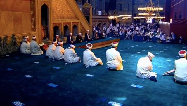 Suasana di Dalam dan di Luar Hagia Sophia Jelang Salat Jumat Perdana (125016)
