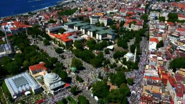 Suasana di Dalam dan di Luar Hagia Sophia Jelang Salat Jumat Perdana (125017)