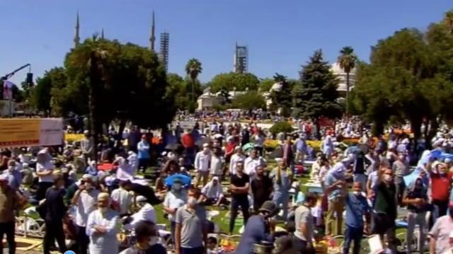 Suasana di Dalam dan di Luar Hagia Sophia Jelang Salat Jumat Perdana (125018)