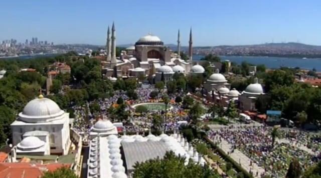Suasana di Dalam dan di Luar Hagia Sophia Jelang Salat Jumat Perdana (125019)